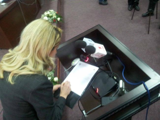 Mimoza Kusari-Lila, siç e kërkon ligji, nënshkruan aktin e betimit