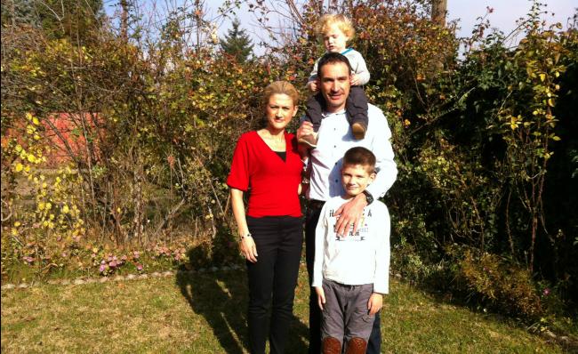Mimoza me bashkëshortin Arbenin dhe dy djemtë Ardin (poshtë) dhe Edonin (në krahët e të atit)